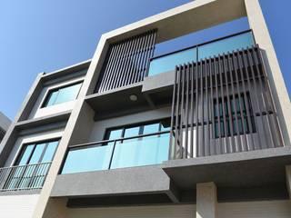 Casas modernas de 全天候氣密窗 Moderno