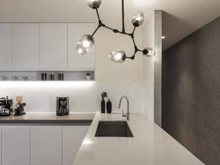 廚房搭配簡單大方的造型吊燈 根據 詩賦室內設計 現代風