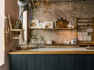 The Potting Shed in Manhattan by deVOL deVOL Kitchens Cucina in stile rustico Legno massello