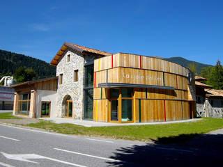 Ristrutturazione interna ed esterna di edificio adibito ad area espositiva: Casa di legno in stile  di ABITAlab S.r.l.,