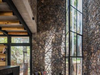 Saavedra Arquitectos Salones de estilo moderno Piedra Gris