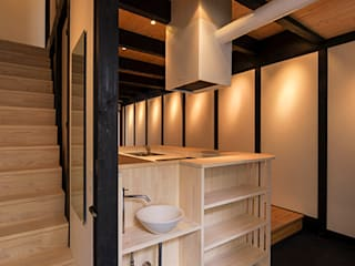 Asian style corridor, hallway & stairs by 岩井文彦建築研究所 Asian