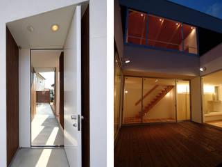 Minimalist corridor, hallway & stairs by 岩井文彦建築研究所 Minimalist