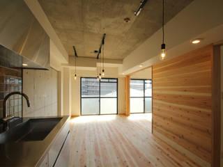 Salas de estar minimalistas por 三浦喜世建築設計事務所 Minimalista