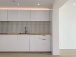 젋은 신혼부부가 사는 미니멀한 인테리어 아파트 : 오피스시심의 현대 ,모던