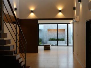 CASA RN: Pasillos y recibidores de estilo  por DIMARQ® espacios arquitectónicos ,