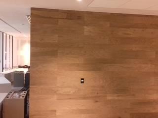 Ortiz Construcciones y Remodelacion Integral Ruang Studi/Kantor Gaya Mediteran Komposit Kayu-Plastik Wood effect