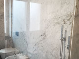 Klasyczna łazienka od Canalmarmi e Graniti snc Klasyczny