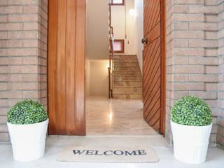 HOME STAGING in una villa indipendente con vista sulla città Mirna Casadei Home Staging Ingresso, Corridoio & Scale in stile moderno