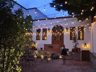 CLANDESTINO HOTEL: Hoteles de estilo  por De León Profesionales,