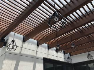 Hiên, sân thượng theo De León Profesionales, Hiện đại