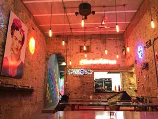 SABROSO taquería // CHICAGO'S stuffed pizza // RAFFAELA terraza: Restaurantes de estilo  por De León Profesionales,
