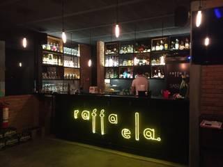 SABROSO taquería // CHICAGO'S stuffed pizza // RAFFAELA terraza: Bares y discotecas de estilo  por De León Profesionales,