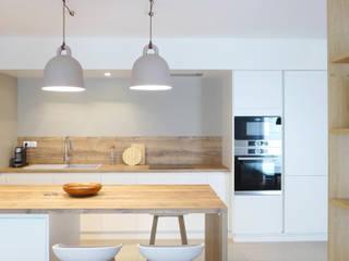 BLANC, BLEU, JAUNE | Un appartement au mobilier signé et sur mesure Cuisine moderne par Skéa Designer Moderne