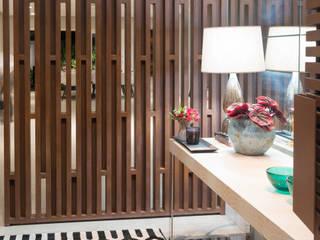 Pasillos, vestíbulos y escaleras de estilo moderno de Carolina Fagundes - Arquitetura e Interiores Moderno