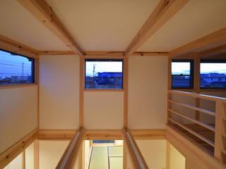 愛知の木組み: 水野設計室が手掛けたリビングです。,