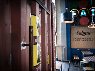 Calypso Kitchen Bar & Club in stile industrial di Hart Design and Construction Industrial