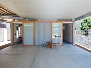 Eclectic style garage/shed by FUMIASO ARCHITECT & ASSOCIATES/ 阿曽芙実建築設計事務所 Eclectic