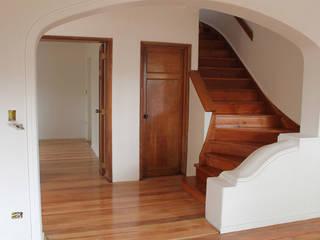 REMODELACION CASA 1938: Escaleras de estilo  por Vetas Sur, Clásico