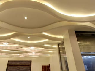 :  Corridor & hallway by De Panache  - Interior Architects,