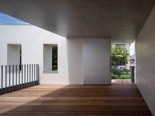 3階テラス:  井上久実設計室が手掛けたテラス・ベランダです。,モダン