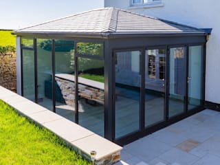 Warm Roof Extension in Bude Bude Windows & Conservatories Ltd Giardino d'inverno moderno Alluminio / Zinco Grigio