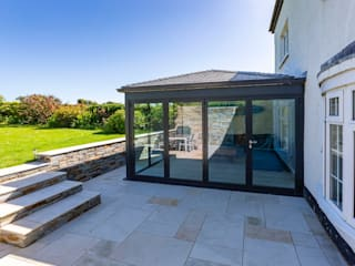 Warm Roof Extension in Bude モダンスタイルの 温室 の Bude Windows & Conservatories Ltd モダン