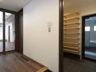 弘前・雪小見世の家 モダンスタイルの 玄関&廊下&階段 の 清建築設計室/SEI ARCHITECT モダン