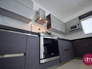 Cocina gris de DM DEMADERA C&C Moderno