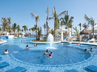 RIUY Palace Mazatlán: Jardines de estilo  por JSF de México Landscaping,