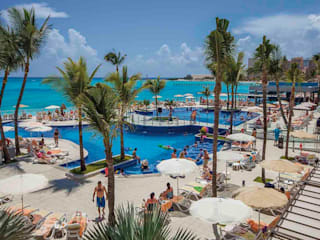 RIU Palace Cancún: Jardines de estilo  por JSF de México Landscaping,
