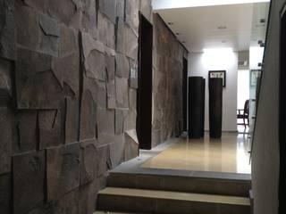 Casa Pedregal, Ciudad de México: Pasillos y recibidores de estilo  por rolascoaga / estudio de arquitectura, Moderno