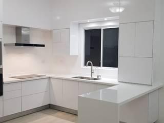 ALTO BRILLO ORIGINALE CUCINE E ARMADI Cocinas minimalistas Compuestos de madera y plástico Blanco