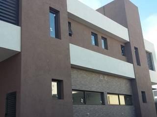 Rojas Guri Arquitectos Casas multifamiliares Hierro/Acero Marrón