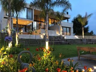 CASA HORMIGON: Jardines en la fachada de estilo  por Maximiliano Lago Arquitectura - Estudio Azteca,