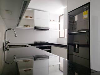 Cocina Integral Apto Torres de Badalona de TAUPE CARPINTERIA Moderno
