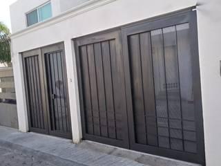 """Portón de acero con marco de montén 8"""":  de estilo industrial por Herrería Querétaro, Industrial"""