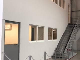 Industriale Bürogebäude von EA ARCHITECTURE & FURNITURE Industrial