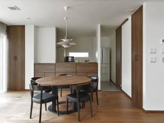 屋根のラインが印象的な、心地よい平屋の家 モダンデザインの ダイニング の ナイトウタカシ建築設計事務所 モダン
