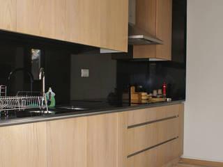 Departamento en Las Condes, Santiago.: Muebles de cocinas de estilo  por CONSTRUCTORA DHTC LIMITADA, Moderno