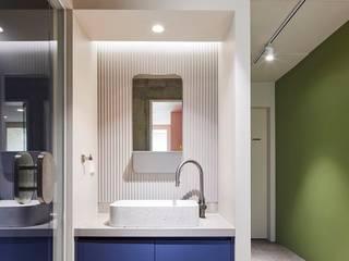 Minimalistischer Flur, Diele & Treppenhaus von 므나 디자인 스튜디오 Minimalistisch