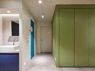Pasillos, vestíbulos y escaleras de estilo minimalista de 므나 디자인 스튜디오 Minimalista