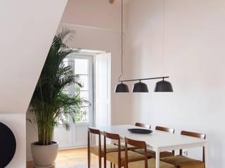Travessa da Pereira Apartment Minimalist dining room by Lola Cwikowski Studio Minimalist