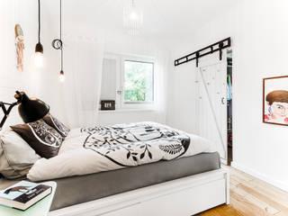 Dom jednorodzinny w Redzie Skandynawska sypialnia od Front Side Studio Skandynawski