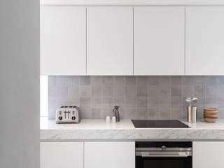 Saive Farmhouse Minimalist kitchen by Lola Cwikowski Studio Minimalist