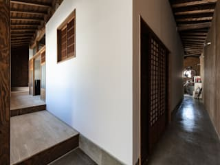 Pasillos y vestíbulos de estilo  de 山本嘉寛建築設計事務所 YYAA, Moderno Contrachapado