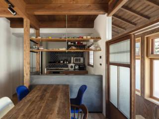 Cocinas pequeñas de estilo  de 山本嘉寛建築設計事務所 YYAA, Moderno Hormigón