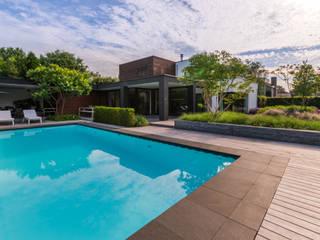 Eigentijdse luxe:  Zwembad door Buro Buitenom exterieurontwerpers, Modern