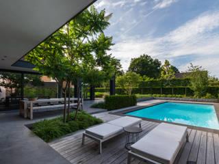 Eigentijdse luxe:  Terras door Buro Buitenom exterieurontwerpers, Modern