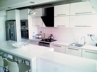 ALTİNELLER MUTFAK – Akrilik High Gloss Kapak Beyaz Mutfak Dolabı Kuvars malzeme Tezgah Amerikan Mutfak: modern tarz , Modern